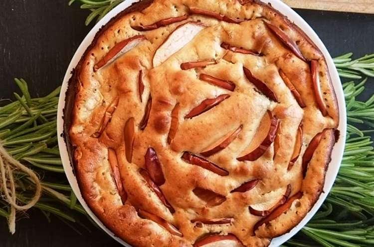 Шарлотка с использованием кефира: проще и вкуснее бисквита