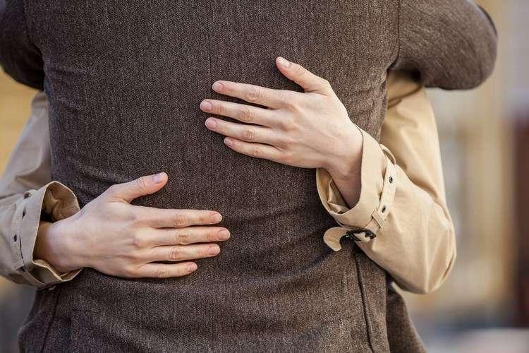 Почему вам нужны теплые объятия и физический контакт каждый день