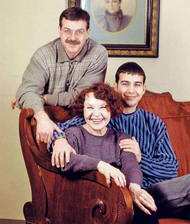 Где живет Нина Ургант, которой уже 91 год: квартира в центре Питера, подаренная внуком Иваном