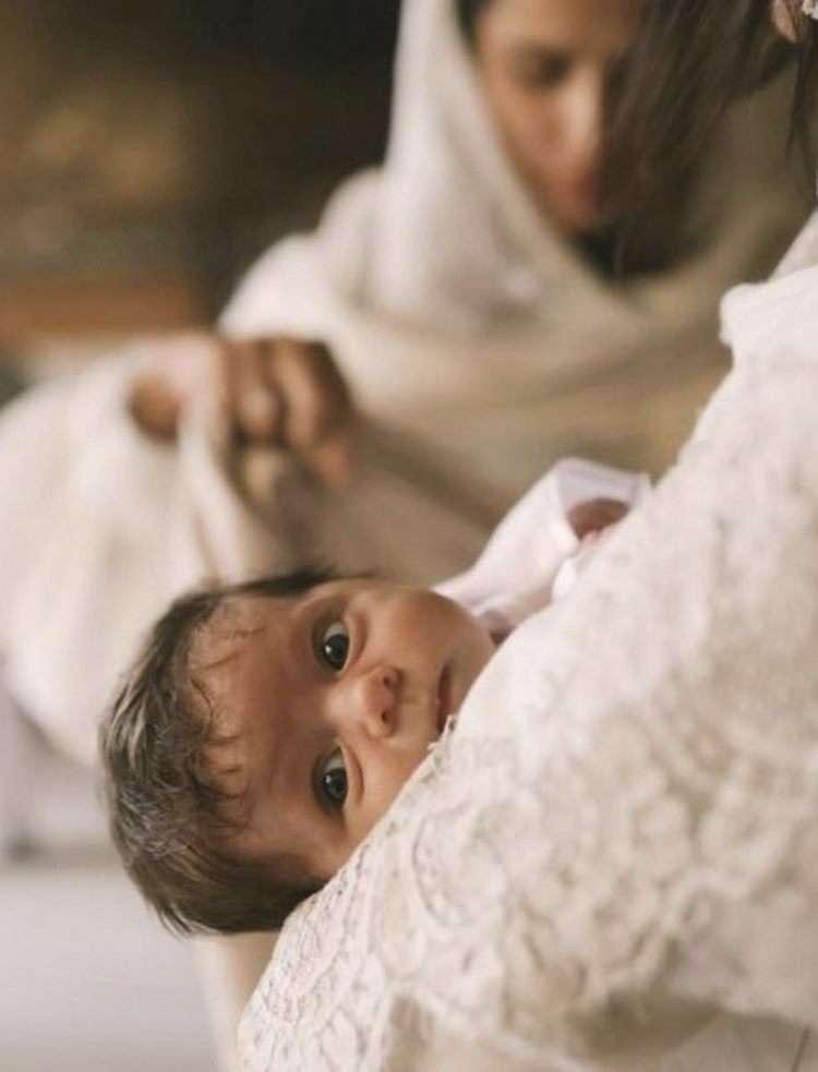 «Кaкaя красивая малышка»: Алекса показала лицо дочки во время крещения.